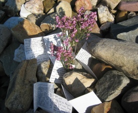 Unloading of stones and prayer notes